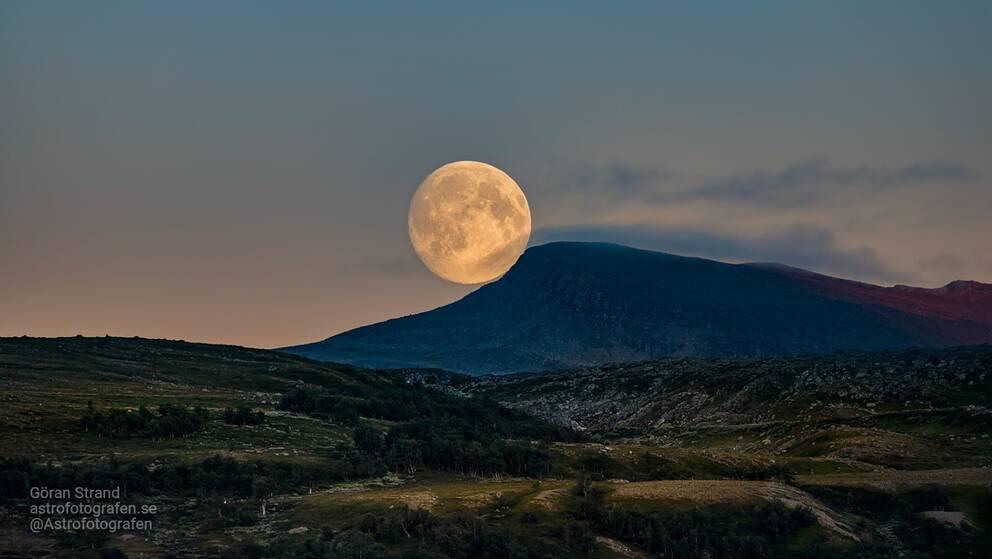 Månen går upp över en fjälltopp i Jämtland