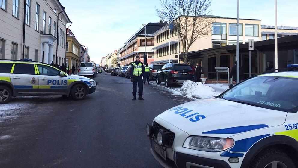 Polis har stängt av gatan
