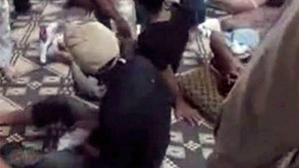 Bilden släppt från en video uppges visa skadade efter onsdagens massaker i Mazraat al-Qubair, Syrien. Scanpix/AP/Shaam News Network SNN
