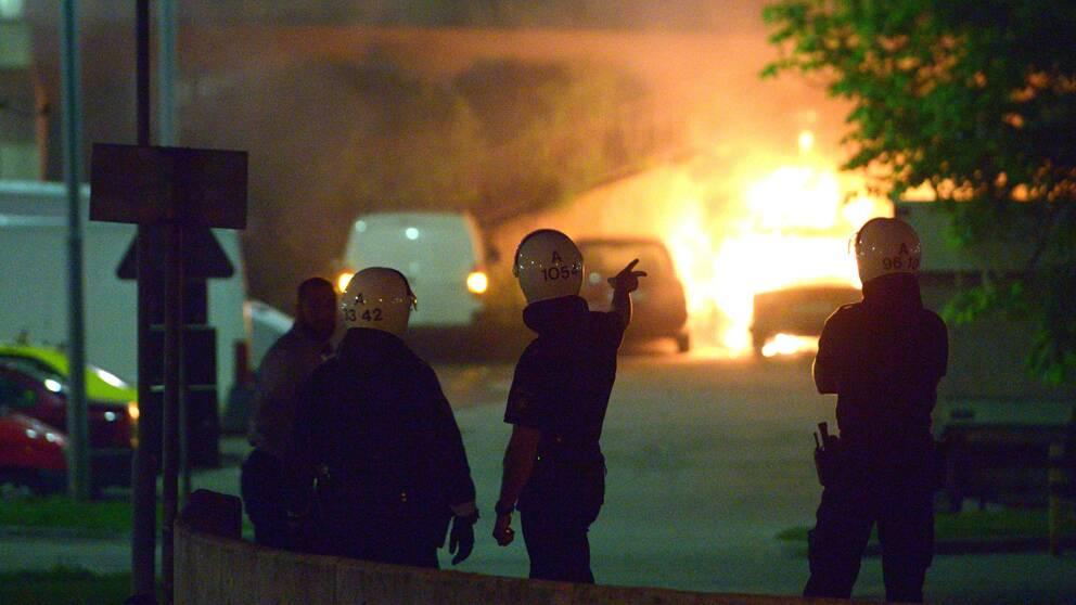 Tre polismän skadades efter att ha blivit träffade av stenar