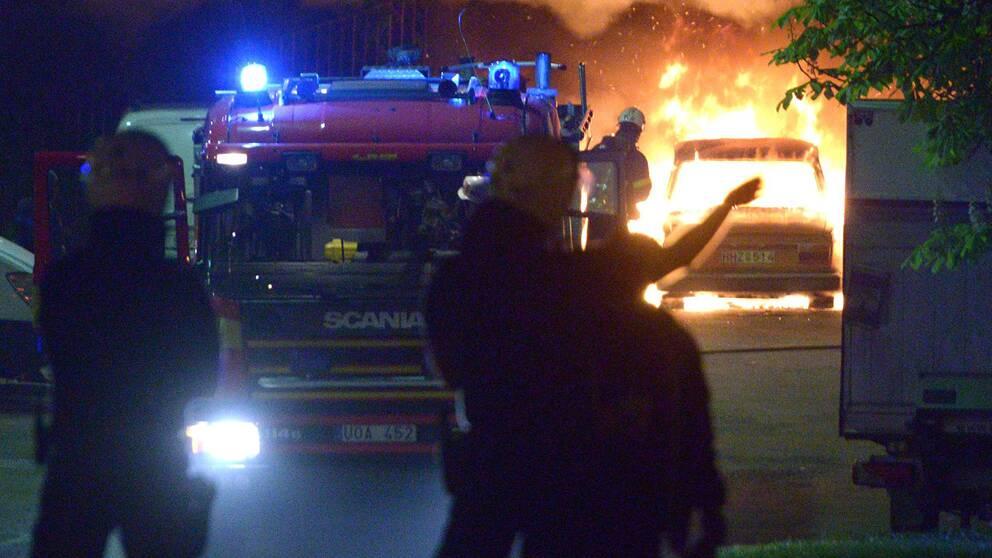 En skola och flera bilar stacks i brand i Husby under söndagsnatten