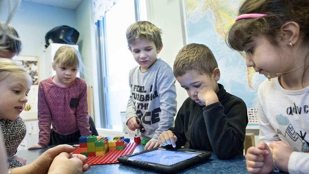 Skolverket vill att små barn lär sig programmering i förskolan.