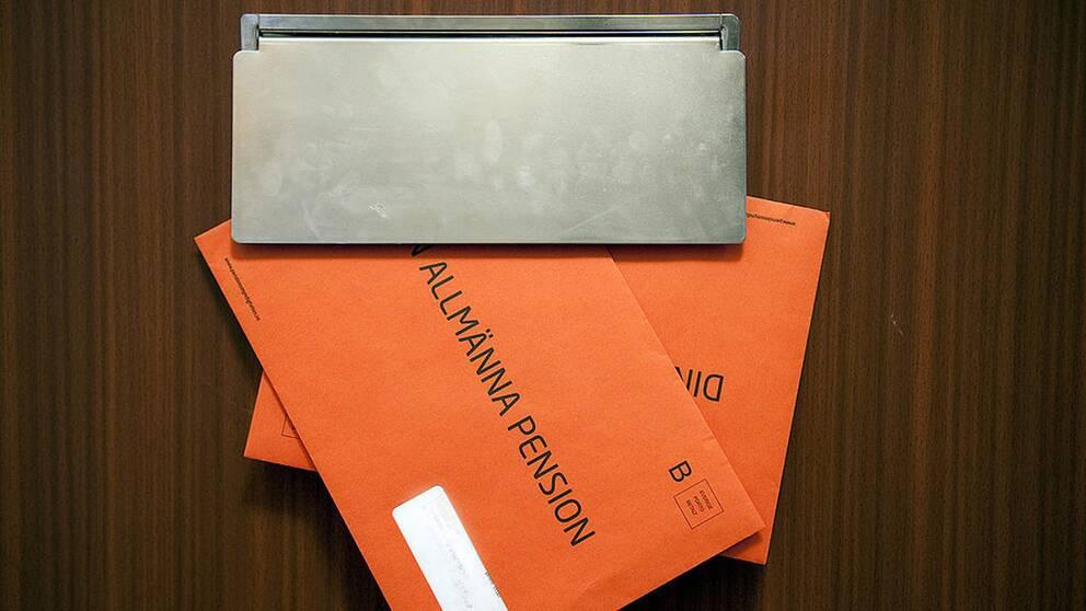 Orange kuvert i brevlådan
