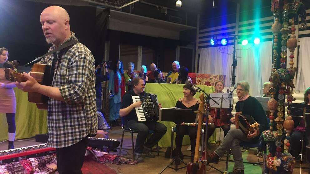 Projektledaren Lutte Berg med sin Flenvärldsorkester.
