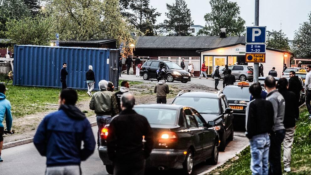 Människor samlas för att bevittna det som händer på deras gator.