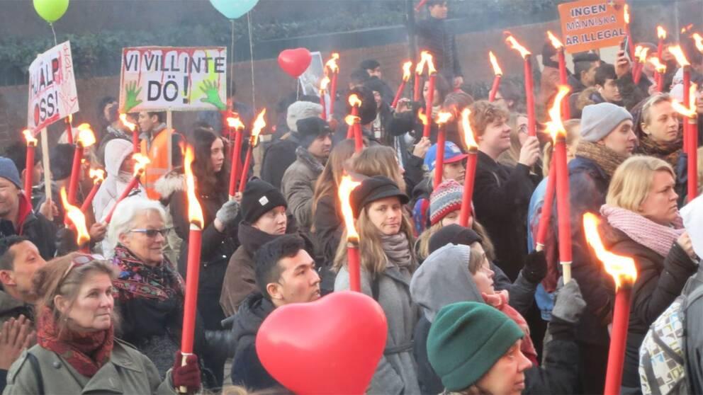 Ett par hundra personer demonstrerade med facklor utanför stadshuset i Malmö.