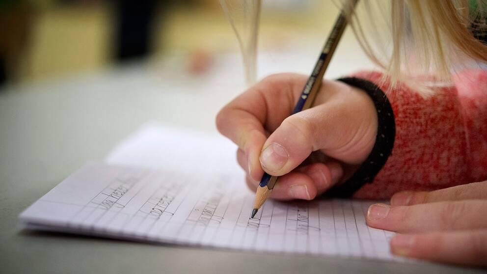 Uppdrag Granskning kan avslöja tio olika sätt som folk fuskar på nationella proven.