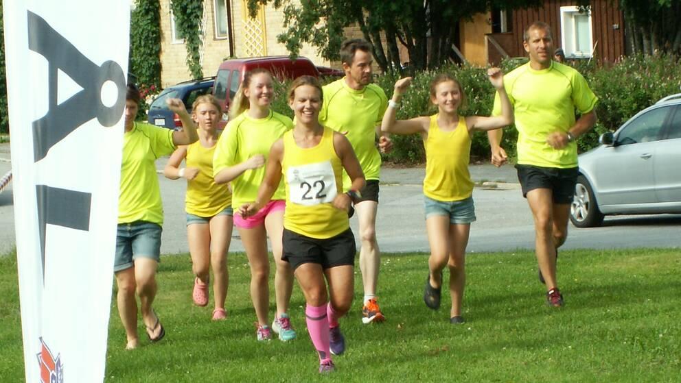glada löpare tar sig i mål