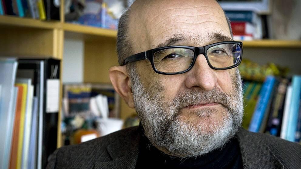 Jerzy Sarnecki, professor i Kriminologi, menar att ilska mot polisen är en viktig faktor.