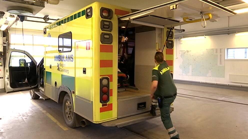 ambulans i Region Gävleborg, en ambulanspersonal kliver in i ambulansen