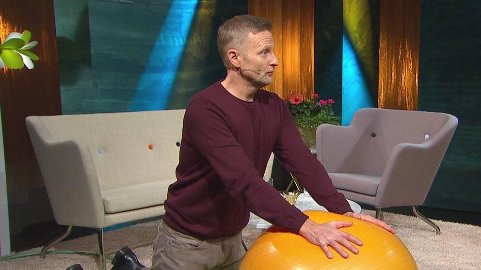 Sjukgymnasten Per Jonsson visar en övning för de inre bukmusklerna.