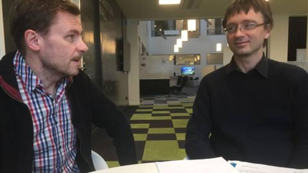 Ulf Petäjä, lektor i statsvetenskap, till vänster i bild och sociologen Christopher Kindblad på Högskolan i Halmstad.