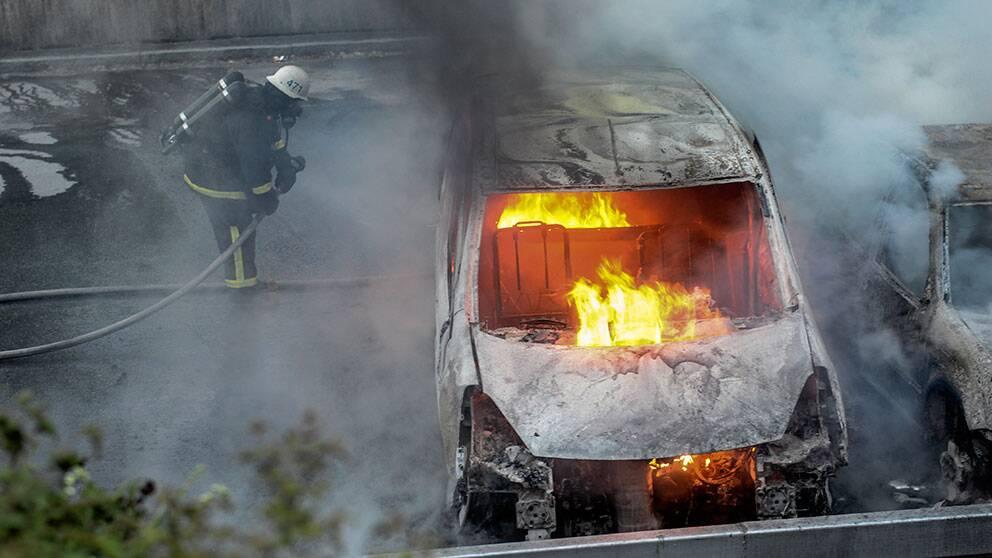 Flera bilar sattes i brand i Rinkeby på torsdagskvällen.