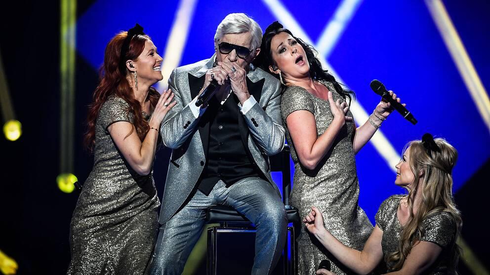 """Owe Thörnqvist med låten """"Boogieman Blues""""."""