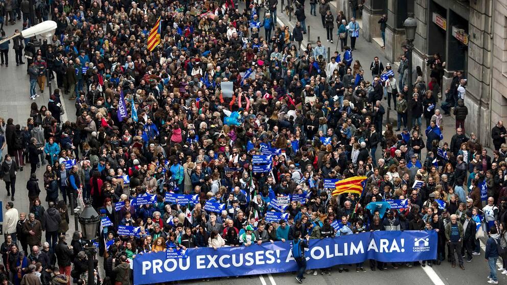 Tusentals demonstranter på Barcelonas gator.