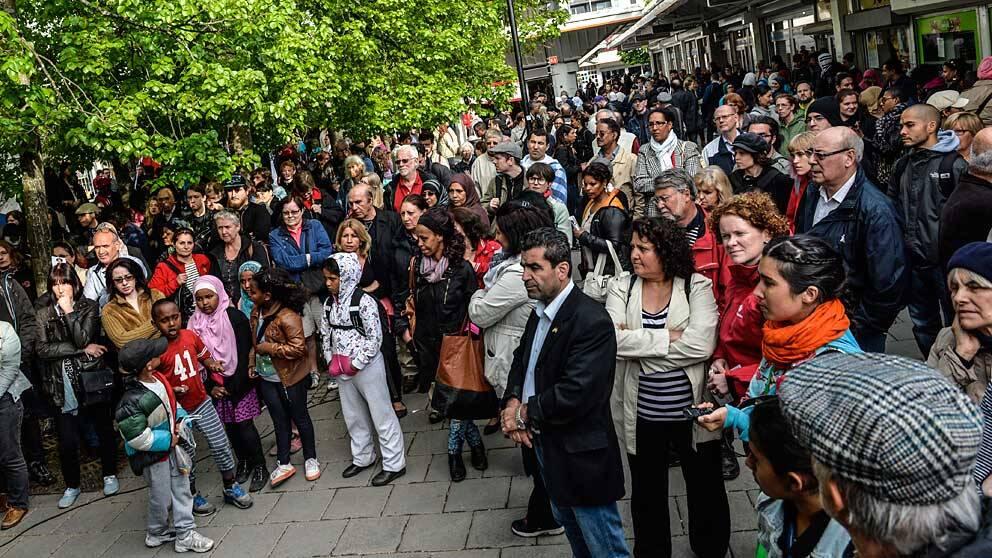 Folksamlingar bör undvikas. Här en manifestation mot våld i Husby.
