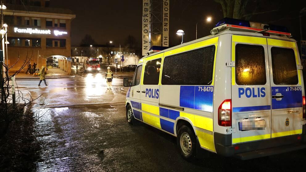 Räddningspersonal och polisbilar utanför oroligheter i Rinkeby i Stockholm under måndagen.