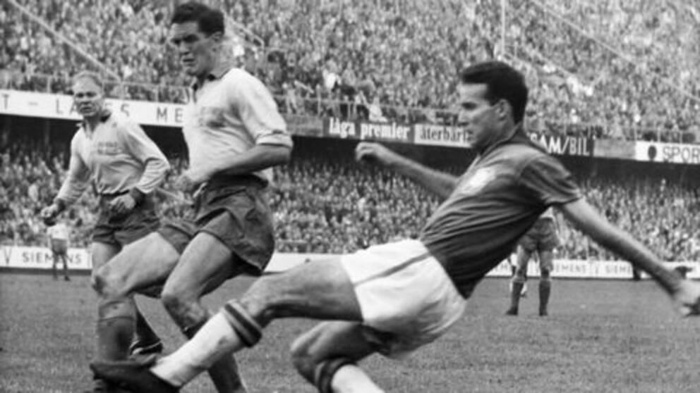 Tog VM-silver med Sverige 1958. Här i duell med brassen Zagallo.