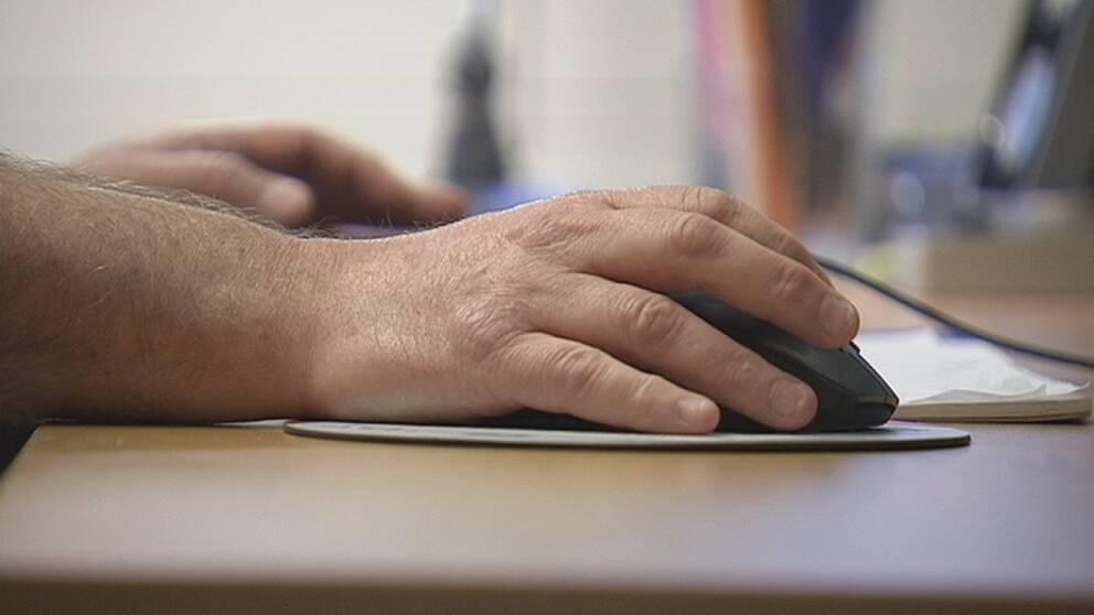 En hand och en datormus.