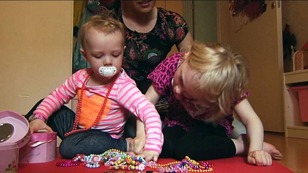 Maija tycker om att leka med lillasyster Alma.