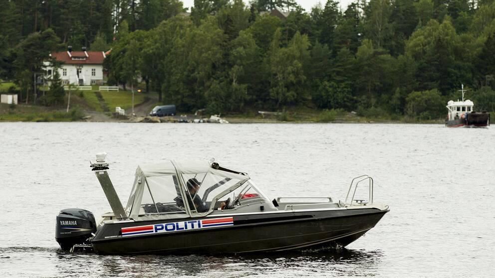 En polisbåt syntes åter i Tyrifjorden under det socialdemokratiska ungdomsförbundets sommarläger fyra år efter terrordåden.