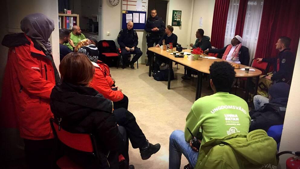 Nattvandrare samlas i medborgarvärdarnas kontor vid tunnelbanegången i Rinkeby.