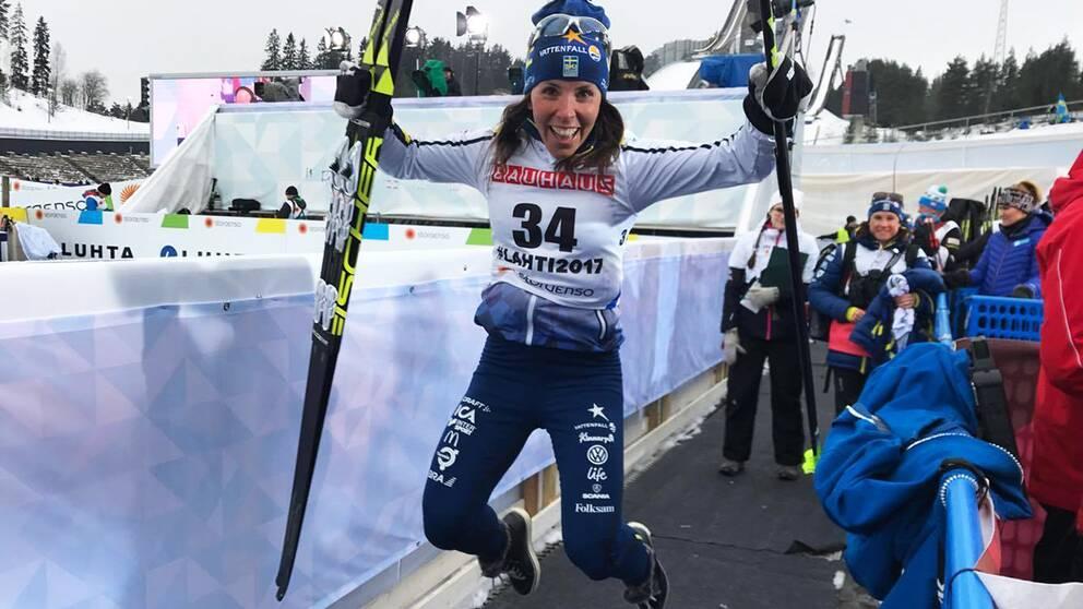 Charlotte Kallas silverskutt efter målgång.