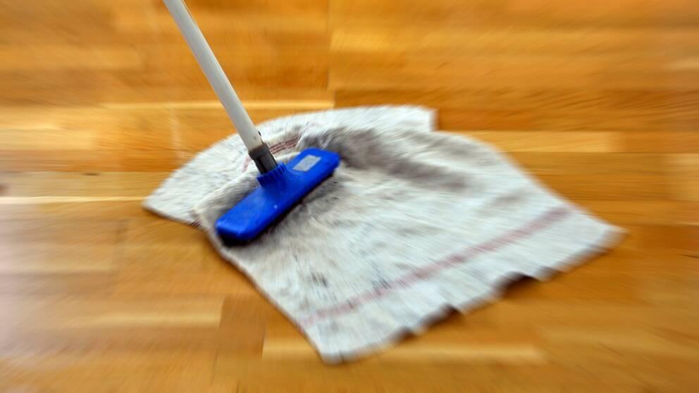Skurtrasa skurar golv.