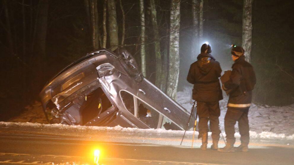 Poliser framför voltade flyktbilen.