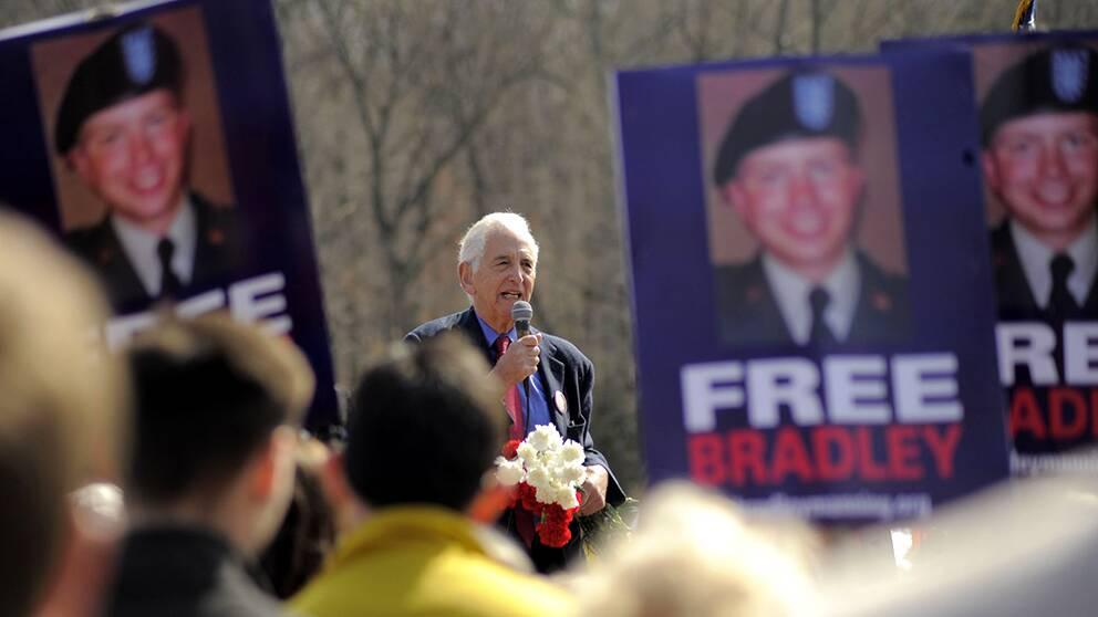 Daniel Ellsberg, läckan bakom pentagonpapprerna, håller tal framför Manninganhängare.