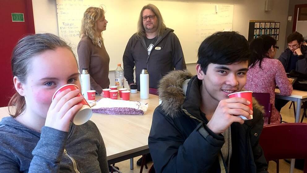 Hanne Robinson och Mujtaba Alizadeh i ett klassrum på Elof Lindälvs gymnasium.