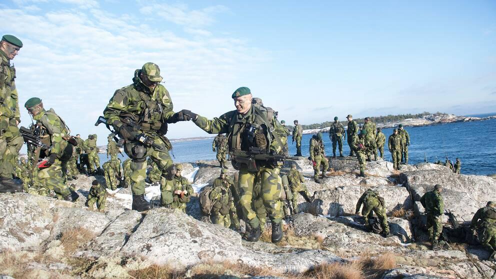 Soldater ur 203:e Amfibieskyttekompaniet övar med sina stridsbåtar i Stockholms skärgård – nu återinförs värnplikt i Sverige.