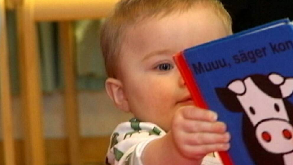 Barn med bok