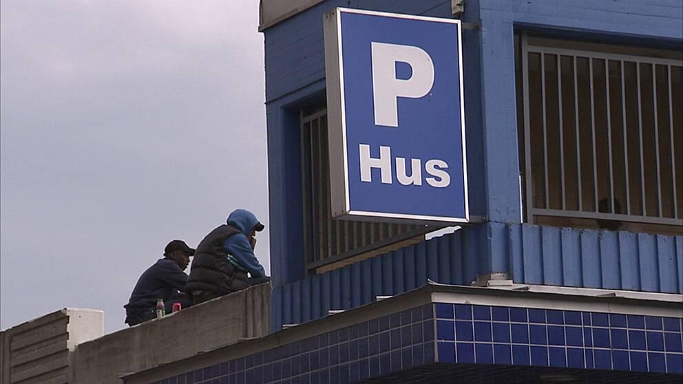 P-hus och garage blir ett slags uppehållsrum för unga i Stockholmsförorterna.