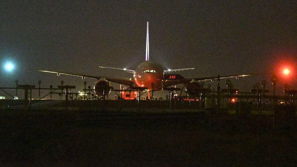 Det bombhotade Boeingflygplanet från Thai Airways bogseras undan.