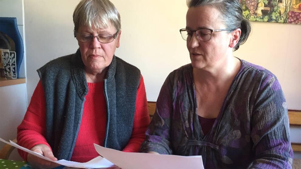 Rita Petersen och hennes dotter Joan Andersson med räkningarna från ProtectMe.