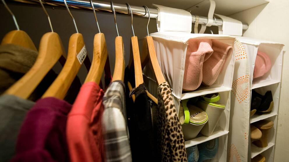 Kläder i en garderob.