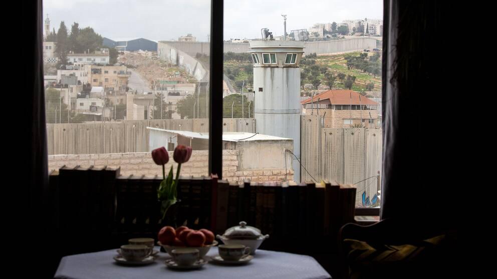 """Banksys hotell uppger själva att man har """"den värsta utsikten i världen"""". Besökarna kan blicka ut mot Israels mur vid Västbanken."""