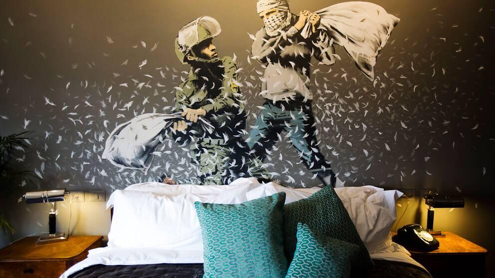Sju av hotellrummen är skapade av Banksy och inredda med hans konstverk som skildrar Israels ockupation av palestinska områden.