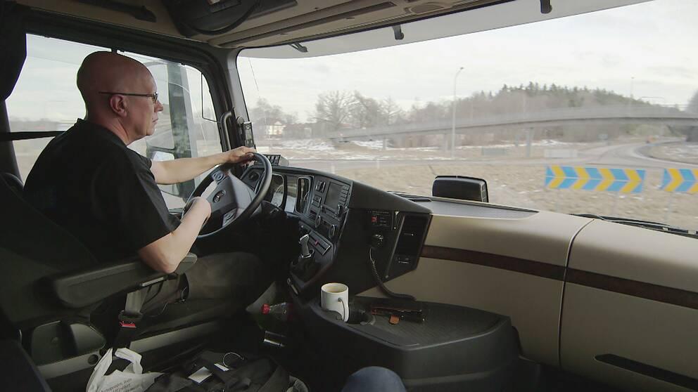 Lastbilsföraren Conny Hård tycker det är bra att det inte blev något regeringsförslag om kilometerskatt.