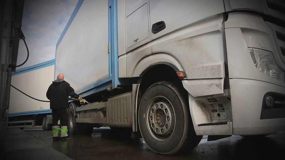 Lastbilsföraren Conny Hård tankar sin bil. Han menar att en kilometerskatt skulle drabba åkerierna hårt.