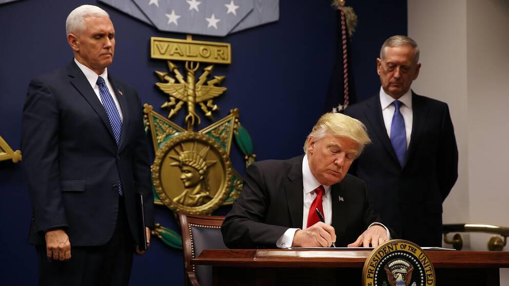 Donald Trump skriver under det nya inreseförbudet.