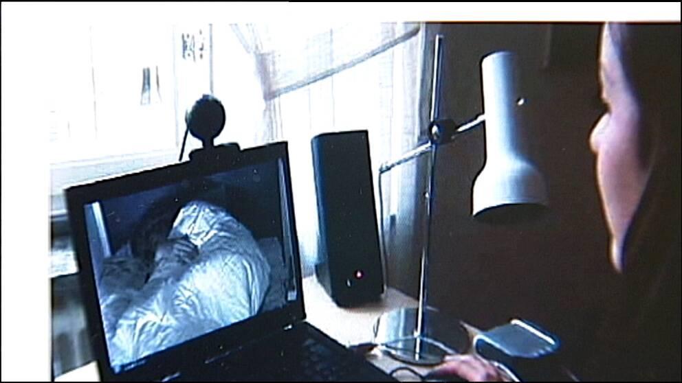 kvinna ser en sovande på datorskärm
