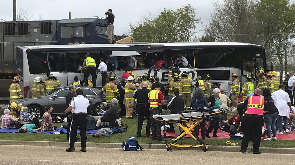 Ett tåg körde in i en turistbuss.