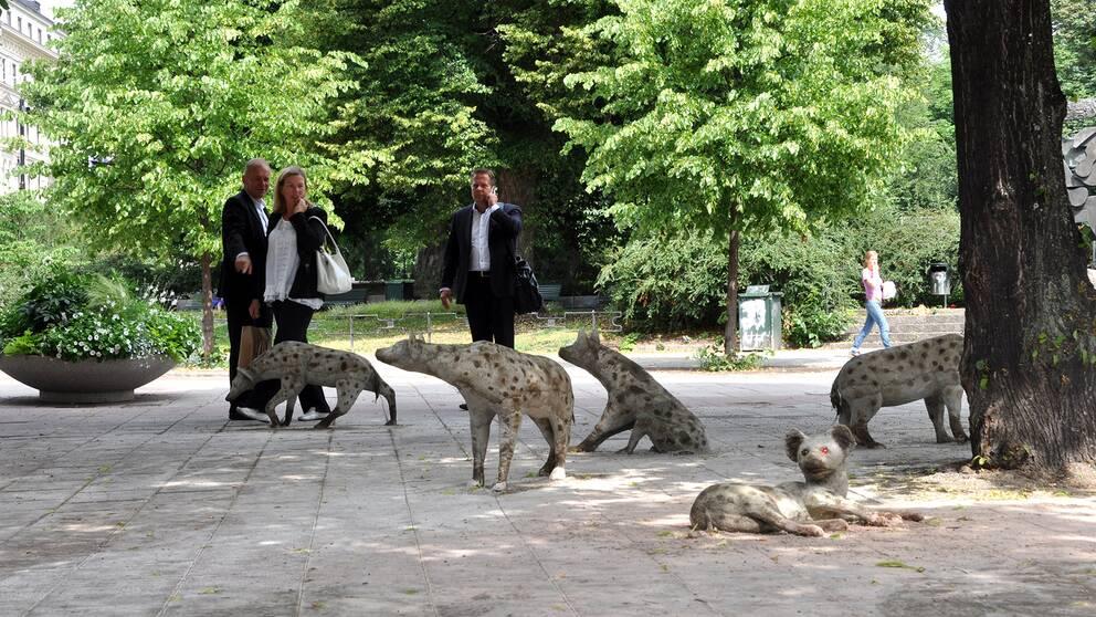 """Hyenorna vid Stureplan"" av konstnären Olabo"