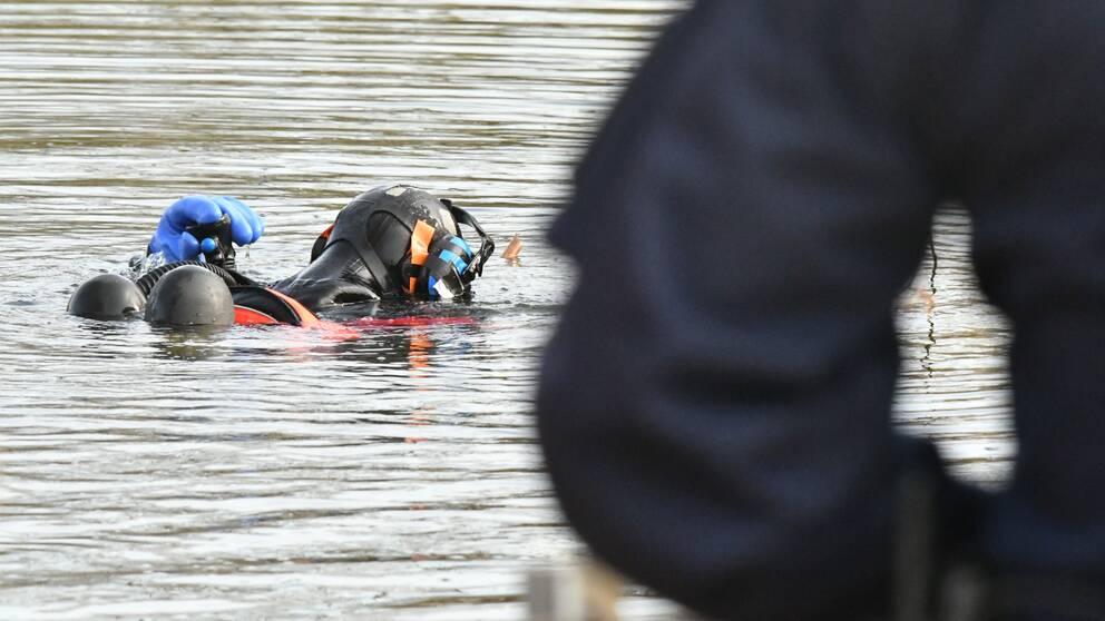 Kustbevakningen genomför dykning i damm i Ögårdsparken i Malmö. Kopplas till mordet på 16-årige Ahmed Obaid.