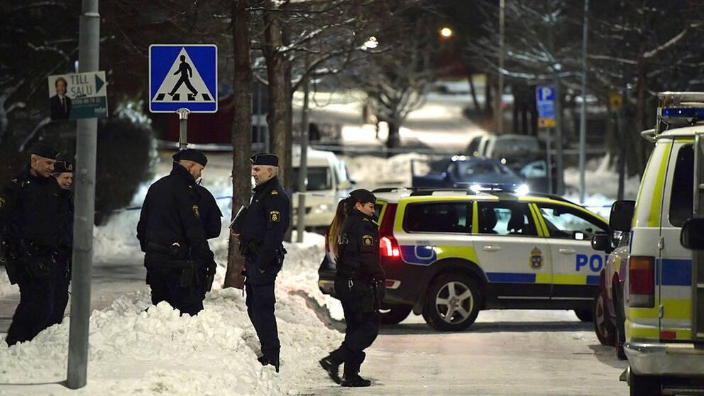 Polisbilar och avspärrningar kring platsen där två personer blivit skjutna i närheten av en grundskola i Kista i nordvästra Stockholm.
