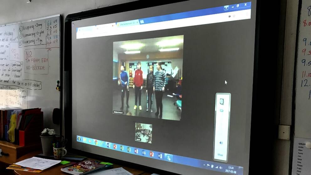 Eleverna skypar med barnen från Grönland.
