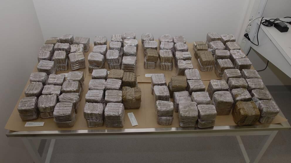 Här är polisens bild av tillslaget. Knarket är värt minst fem miljoner.
