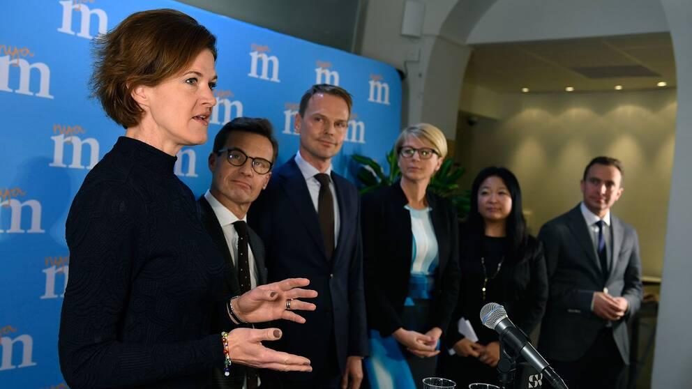 Modraternas partiledare Anna Kinberg Batra samt Ulf Kristersson, Peter Danielsson, Elisabeth Svantesson, Jessica Polfjärd och Tomas Tobé under en pressträff. Arkivbild.